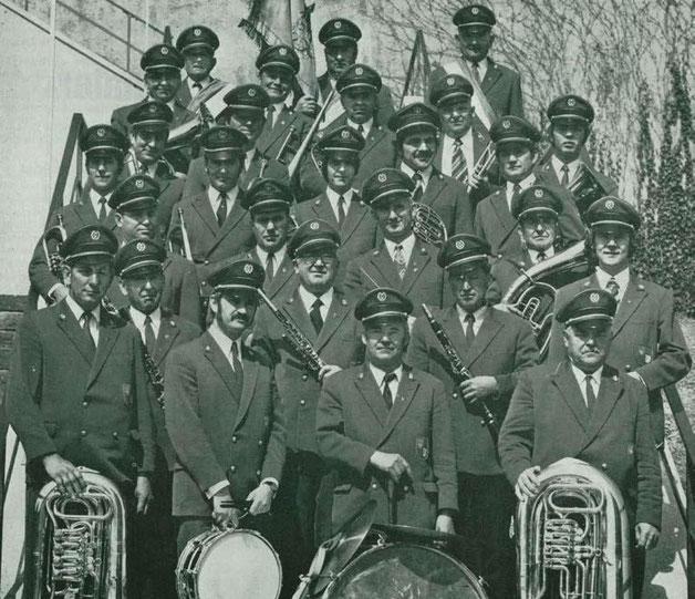 Die Musikkapelle mit den im Jahr 1963 beschafften Uniformen.