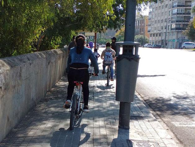 Toda la familia circulando ilegalmente con las bicis por las aceras de Valencia