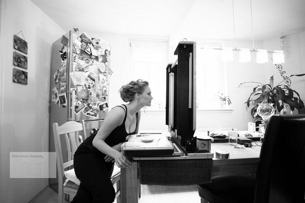 Frau sitz vorm Spiegel beim Getting Ready Hochzeitsshooting durch den Hochzeitsfotograf Gelnhausen und Hanau.