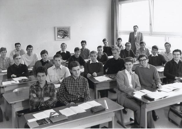 Klassenfoto aus dem Dietzenhofer-Gymnasium, wohl 1965/66. Böse sitzt in der vorletzten Bank ganz links.