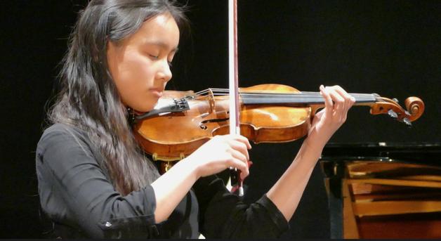 Die 16-jährige Thu-An Duong, Schwester von Nhat Minh, erfreute mit einem Violinkonzert von Mozart
