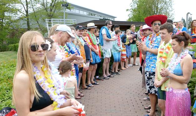 Den zweiten Teil des Spaliers bildeten die DLRG -Mitglieder, die sich fröhlich-sommerlich kostümiert hatten