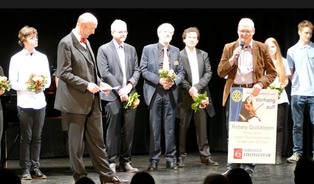 Als Symbol für den gestifteten Stipendiatenplatz überreichte Rotary-Präsident Bosse ein Plakat an Michael Wagner vom Hamburger Konservatorium