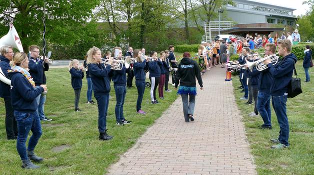 Durch ein Spalier der Jugend Brass Band, die mit fetzigem Sound die Besucher anspornte, gingen die Offiziellen zum Schwimmbecken
