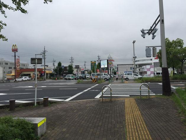 大きな交差点に出ます。マクドナルドさんとか甲羅さんとかパチンコ屋さんとかがあります。