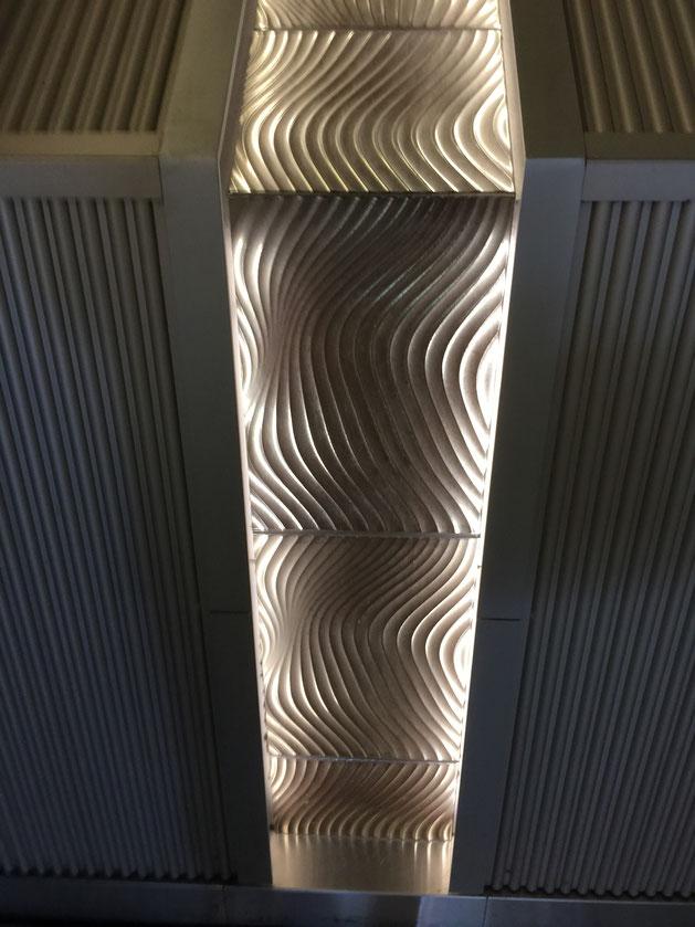 一つ一つ違う模様のついた凹凸のあるタイル。ライトアップが効果的なので砂紋のように見える!
