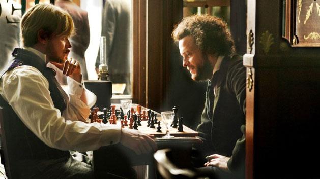 Engels og Marx  spiller skak i en fransk café  (filmscene)