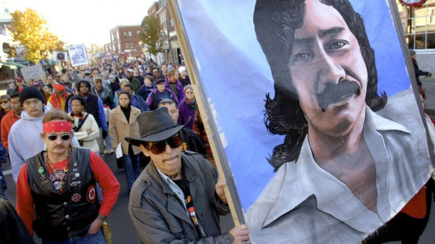 Solidaritetsdemo for Leonard Peltier i byen Plymouth, Massachusetts .