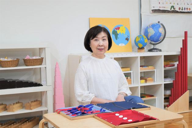 幼児教室のモンテソーリ教育で手の洗い方について提示をしています。