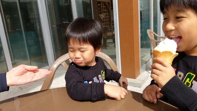 ソフトクリームを食べるお兄ちゃん