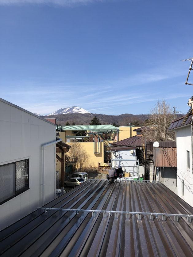 施工中の建物の屋根に登ったら、浅間が見えました