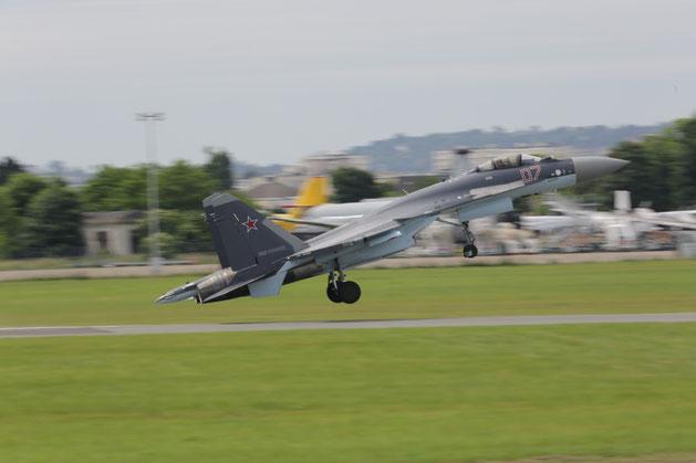 Su-35 durante un esibizione al Paris Air Show / © UAC