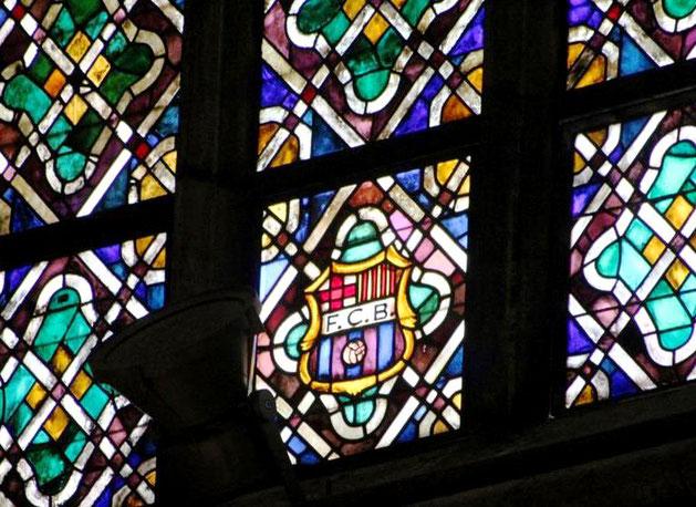 Герб ФК Барселона в готической церкви