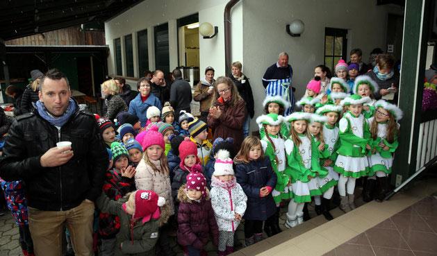 die Kindergartenkinder und die Garde warten schon ungeduldig auf ihren Auftritt