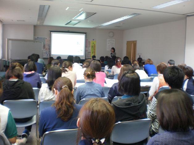 勤務終了後、多くのスタッフが参加した「メンタルヘルス研修会」。関心の高さが伺われました
