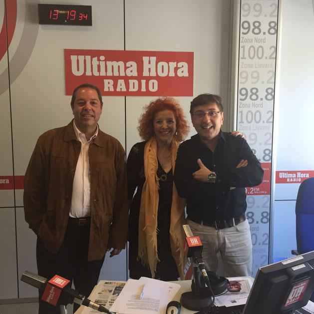 Javier Balasch, delegado de Corsa en Palma; Charo Loriente, directora general de Corsa y Carlos Durán, presentador de Hoy es el Día en Última Hora Radio