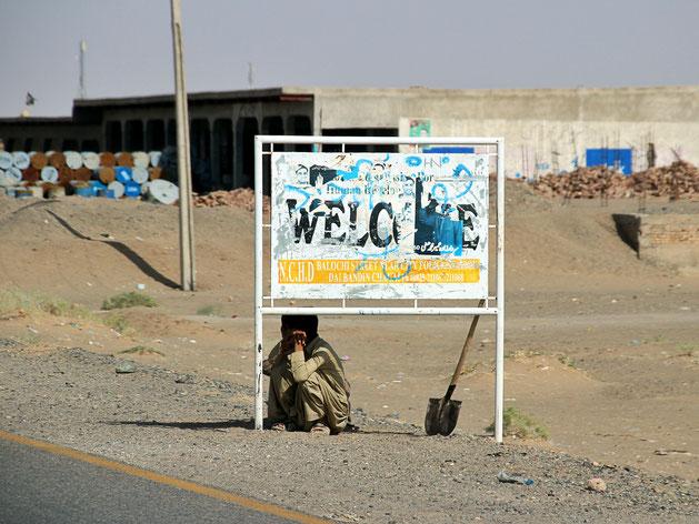 """""""Welcome"""" in der Wüstenstadt Dalbandin, der erste Zwischenstopp nach der iranischen Grenze."""