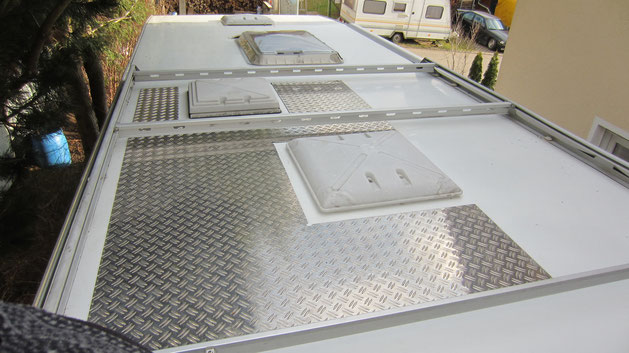 das Womo-Dach ist nun begehbar durch das Alu-Riffelblech