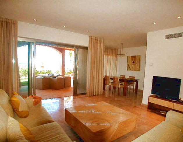 Wohnzimmer mit Flachbildfernseher der Ferienwohnungn mit Pool in Palm Mar auf Teneriffa