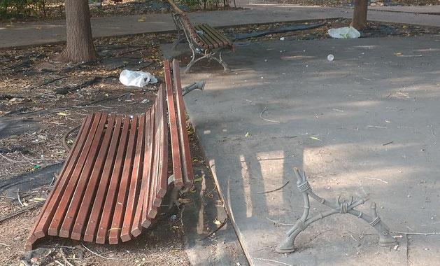 Banco destrozado por los vándalos en la ciudad de Valencia