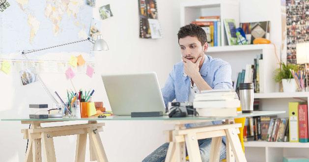Student am Schreibtisch vor dem PC
