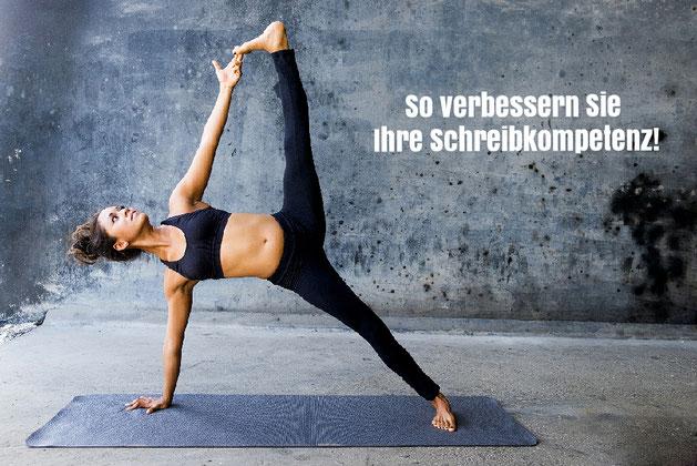 Frau, die Yoga übt.