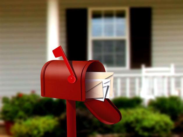 Offener Briefkasten vor einem Haus