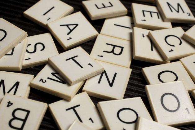 Wirrwarr von Scrabble-Spielsteinen