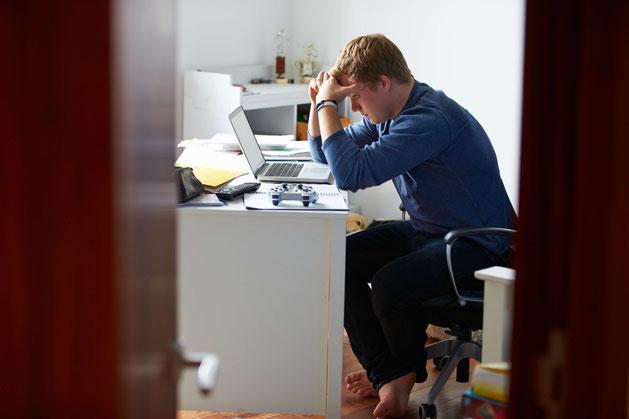 Frustrierter Student am Schreibtisch