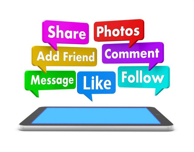 Tablet mit Sprechblasen zu Social-Media-Optionen