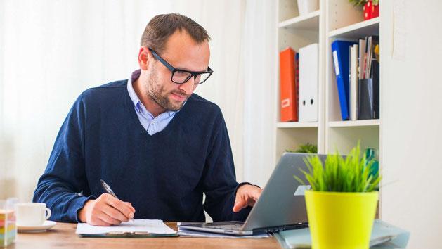 Schreibender Mann am Laptop