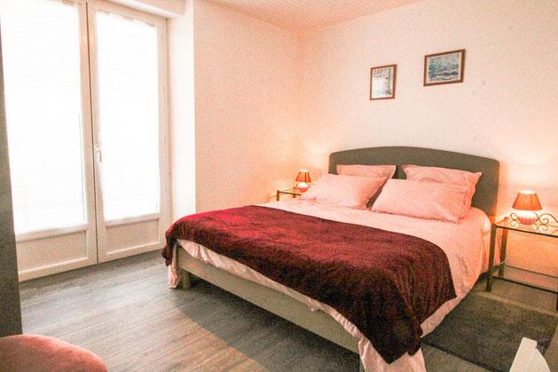 La chambre possède une porte-fenêtre permettant d'accéder à la terrasse.