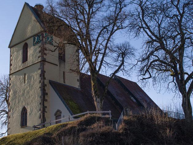 Der alte Fluorner Kirchturm thront noch stolz über dem Heimbachtal
