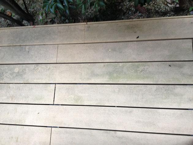 こちちらは弊社の人工木デッキ。かびるので毎年の高圧洗浄は欠かせない。