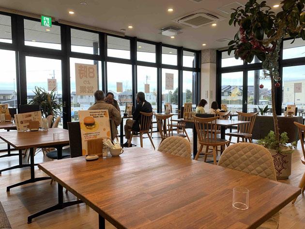 志段味古墳群ミュージアムのcafe MORI no UTA さんは外に面してガラスが開放的な空間。