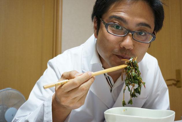 スベリヒユの炒め物を頂くガーデンドクター柴ちゃん。激ウマである!!!