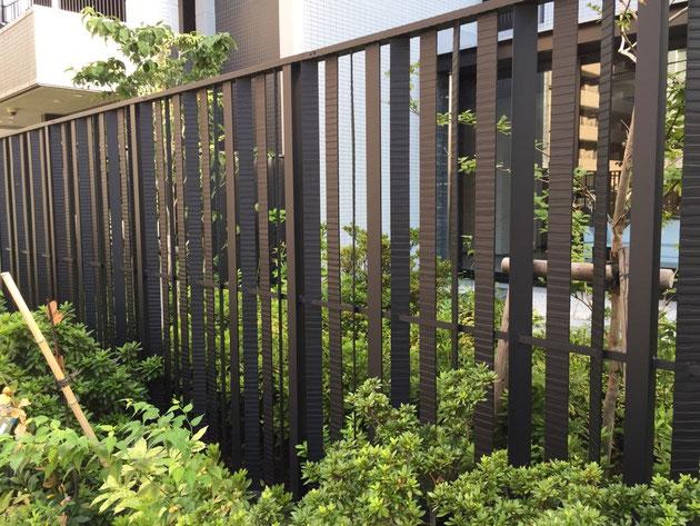 ロートアイアンで作られた目隠しフェンス。完全オーダーメイドの一点物。素敵だ。