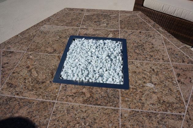 この砂利の部分から炎が出て来ます。テーブル型のファイヤーピット。暖欄できますね。