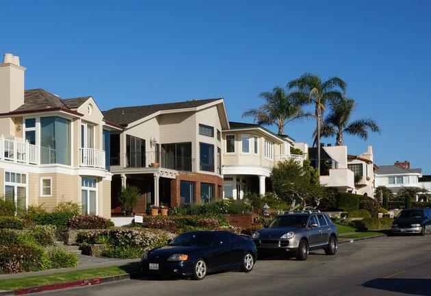 コロナ・デルマーの敷地内に駐車場はない。住民は自分の家の前の道路を借りてそこを駐車場にしている。