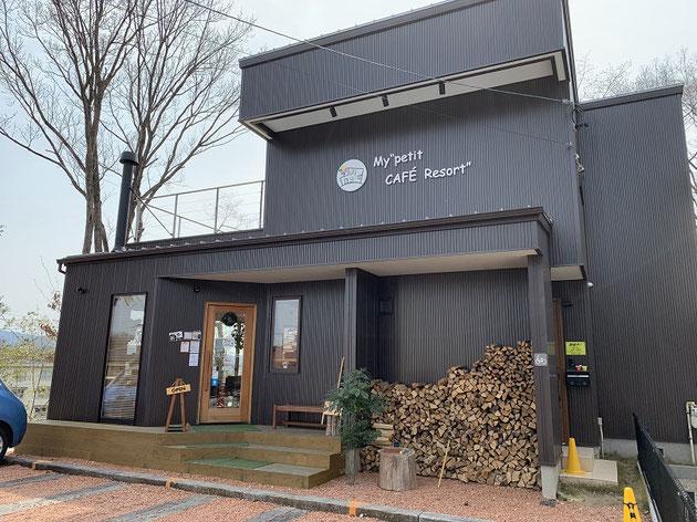 カフェ&バーJi・youさんの入り口。薪がいい雰囲気をかもし出している!