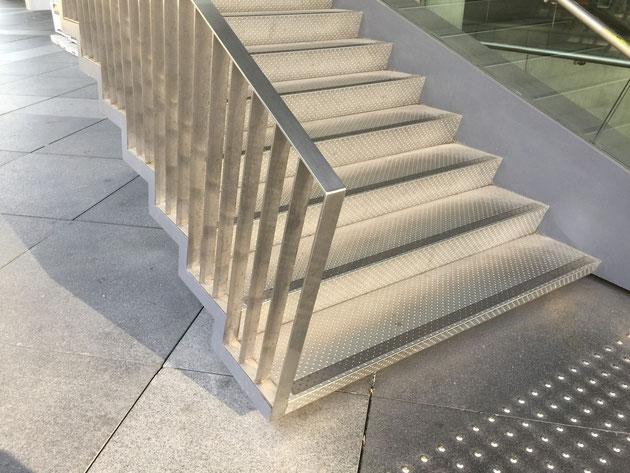 階段床は何と金属!!!ステンレス?