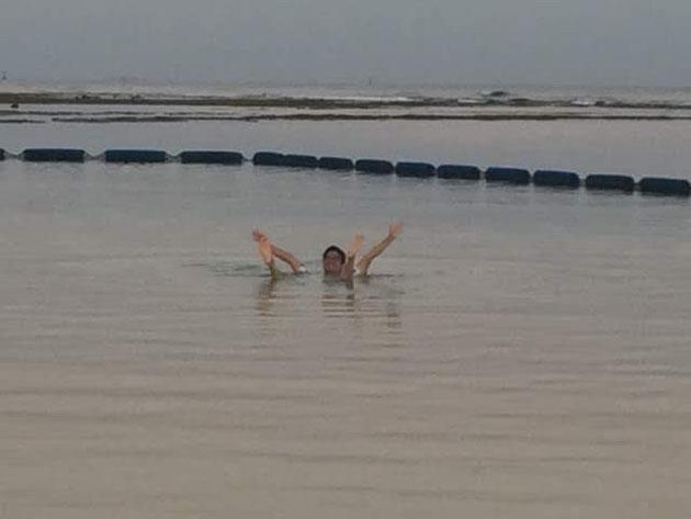 10月の海を満喫するガーデンドクター柴ちゃん。最高だぜ!!!