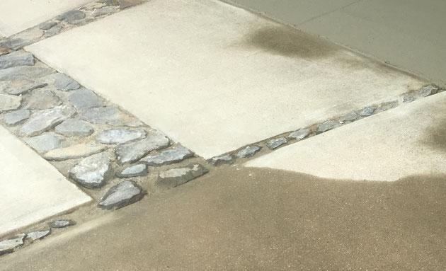 コンクリート土間の目地に埋め込まれた割栗石