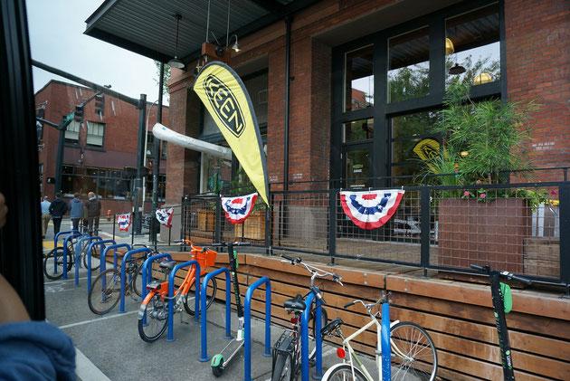 自転車置き場には必ずチェーンできるように鉄の棒のようなサイクルスタンドが立っている