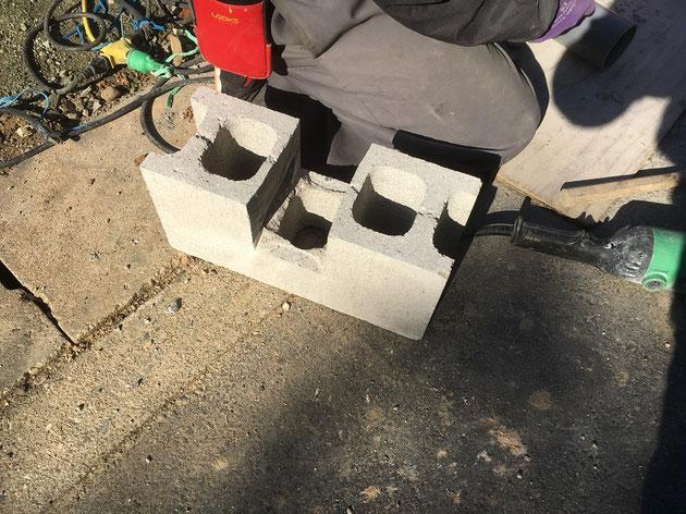 コンクリートブロックを加工中!