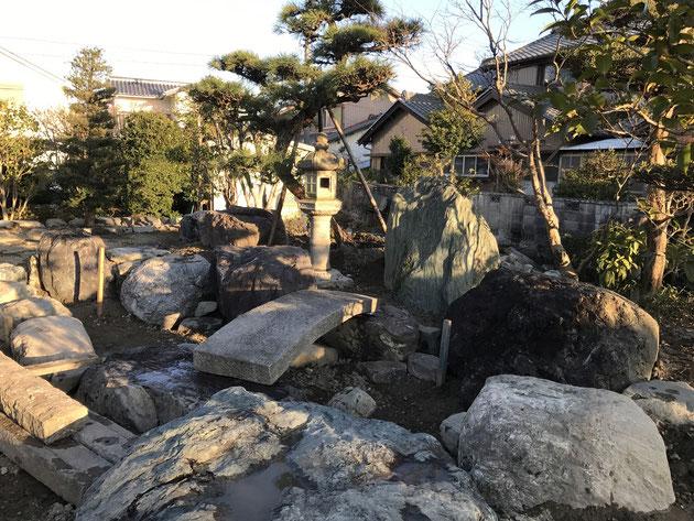和風庭園には欠かせない灯籠(とうろう)。