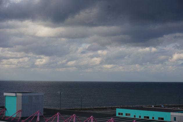 埋没林博物館の屋上からは富山湾が見える。ここは蜃気楼で有名なスポットだそうです。