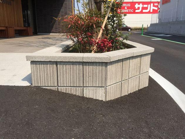 スターバックス滝の水店のブロック塀と床はユニソンで統一。床がベガスで化粧ブロックがリゲルだ。