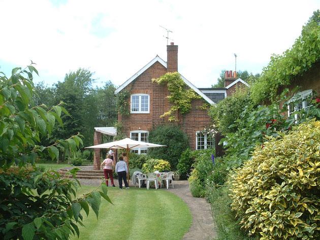 イギリスのお庭。大きなパラソルの下でくつろぎ、来場者をまっているオープンガーデンのホスト。