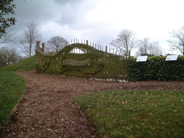 こちらも編みこんで作ってあるフェンス フェンスと言うより一つのアートだ